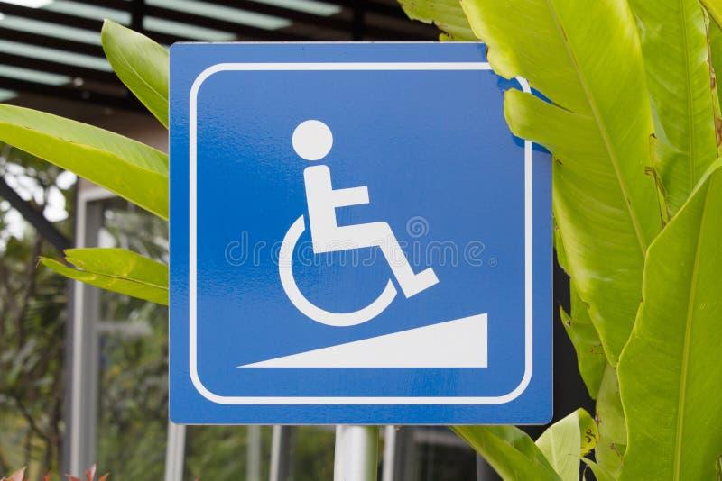 Symbole de passage couvert de fauteuil roulant ou symbole de pente de fauteuil roulant images libres de droits