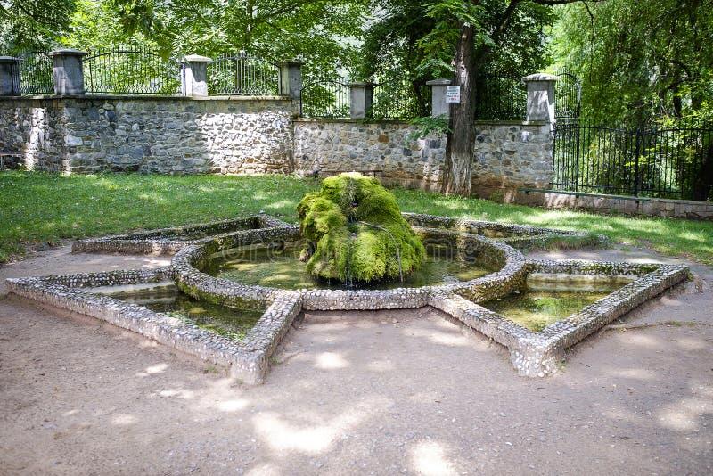 Symbole de pierre dans la cour du monastère photos libres de droits