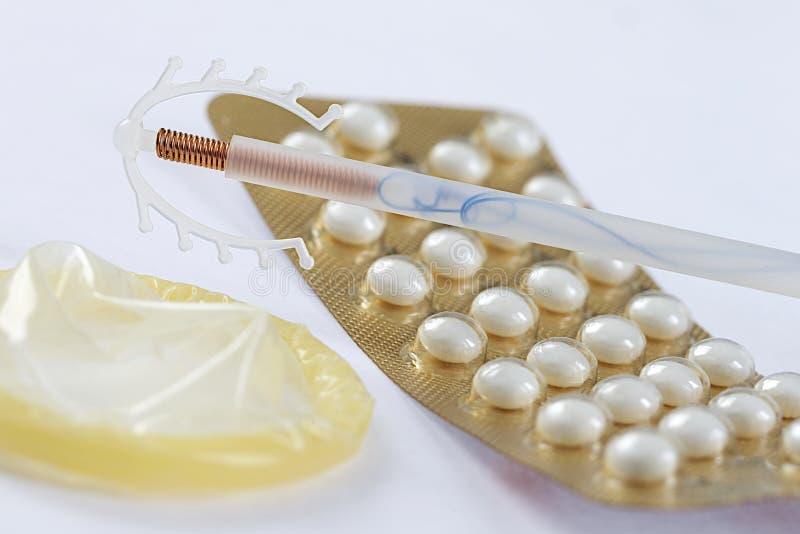 Symbole de sexe sûr et de contraception avec des pilules contraceptives photo stock