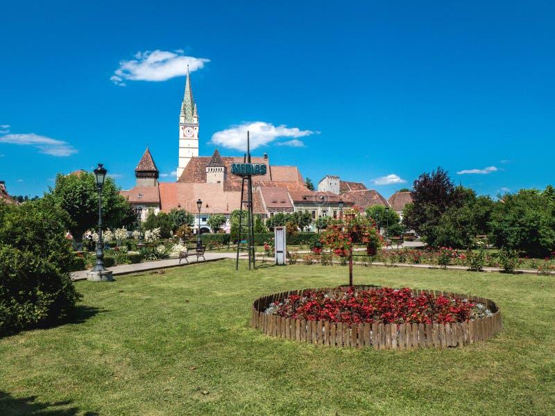 Symbole de ville de la Roumanie de médias Vieille tour d'horloge saxonne de cathédrale dans t photographie stock libre de droits