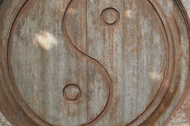 Symbole de Yin-Yang découpé sur la porte en bois photographie stock