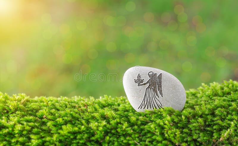 Symbole de zodiaque de Vierge dans la pierre photographie stock libre de droits