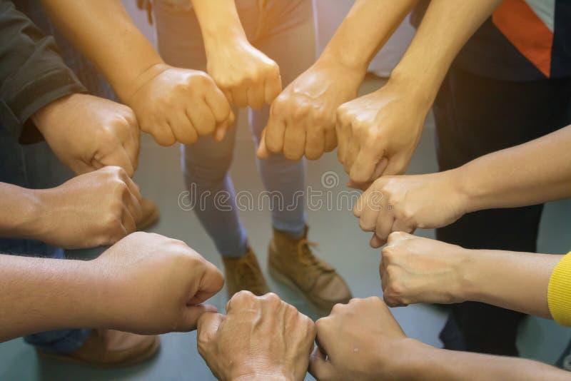 Symbole der Zusammenarbeit zwischen Unternehmen und der Harmonie für v stockbilder