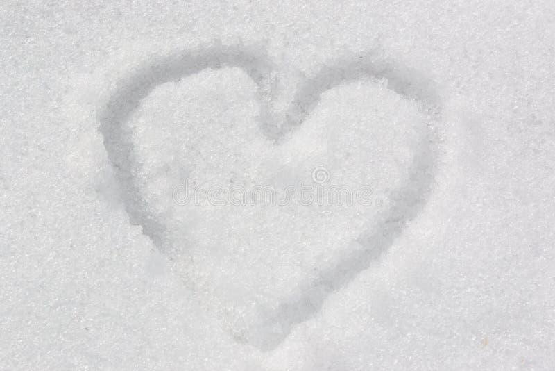 Symbole du coeur, peint sur la neige blanche fraîche photo libre de droits