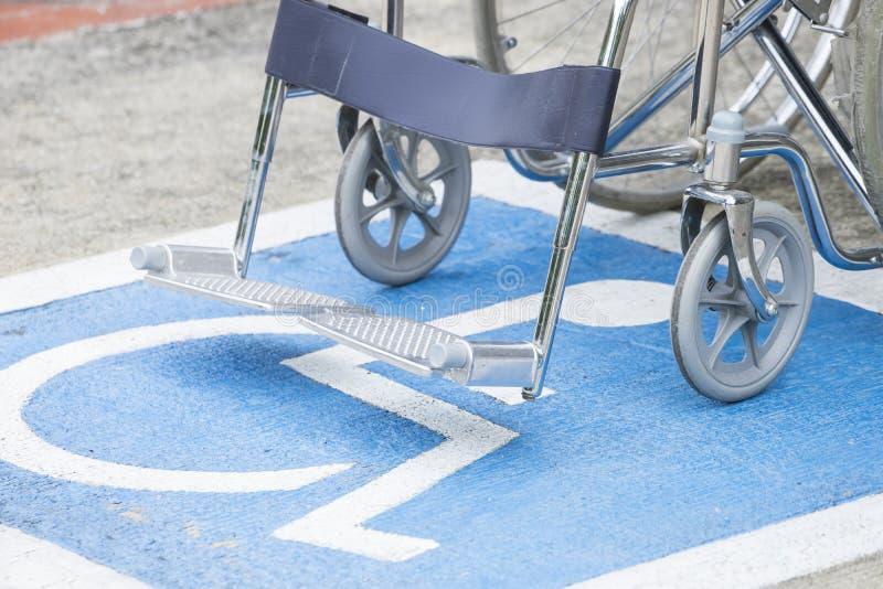 Symbole et fauteuil roulant d'handicap de trottoir images stock