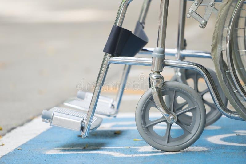 Symbole et fauteuil roulant d'handicap de trottoir image libre de droits