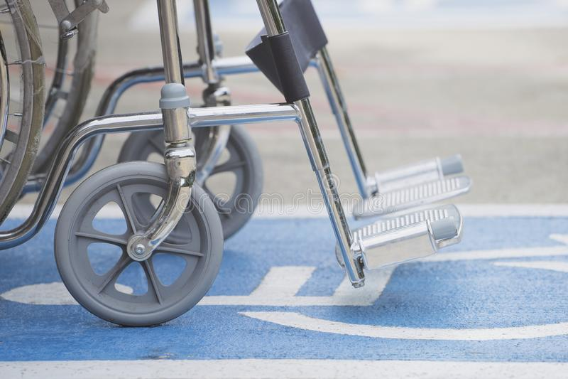 Symbole et fauteuil roulant d'handicap de trottoir dans l'hôpital images stock