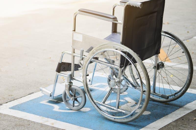 Symbole et fauteuil roulant d'handicap de trottoir dans l'hôpital photo stock