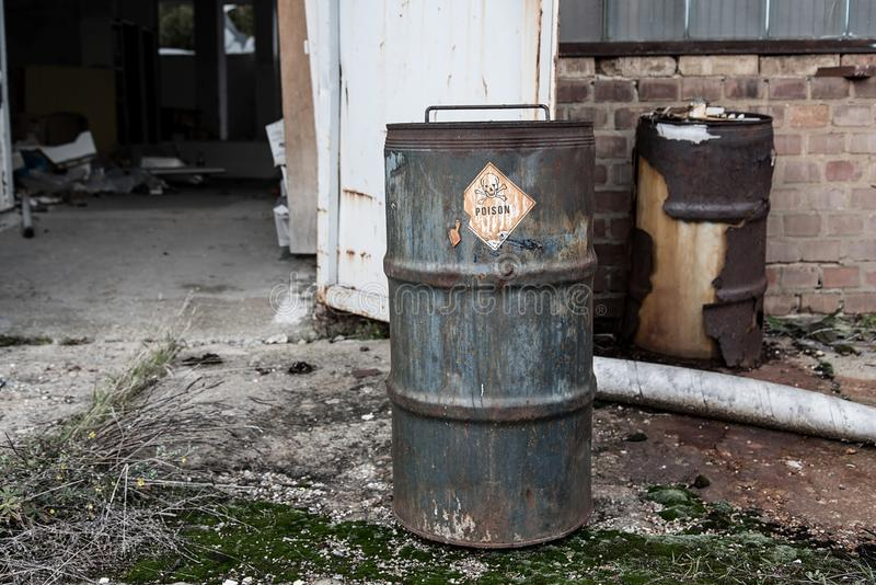 Symbole et texte de poison sur le baril rouillé photo libre de droits
