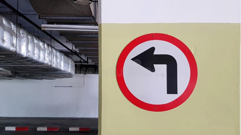 Symbole gauche du trafic de tour circulaire au parking images libres de droits
