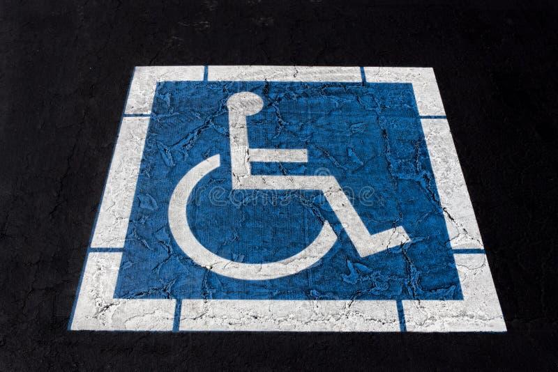 Symbole handicapé peint sur Ashpalt photographie stock
