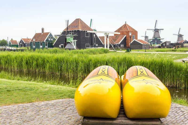 Symbole holandie - chodaki i wiatraczki fotografia royalty free