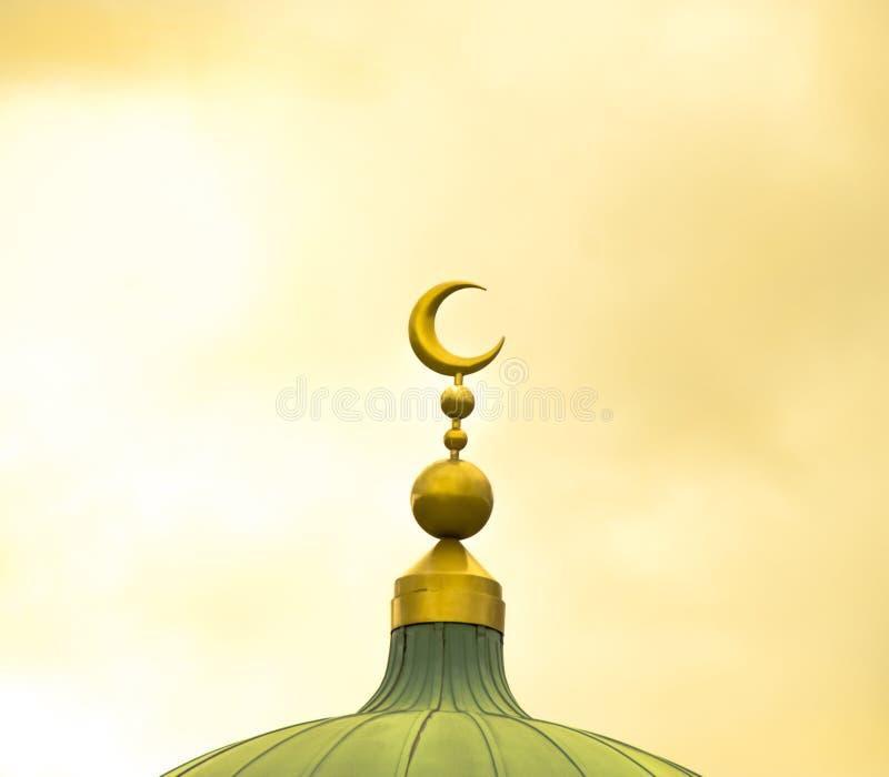 Symbole islamique sur la coupole de mosquée sur le fond nuageux jaune image stock