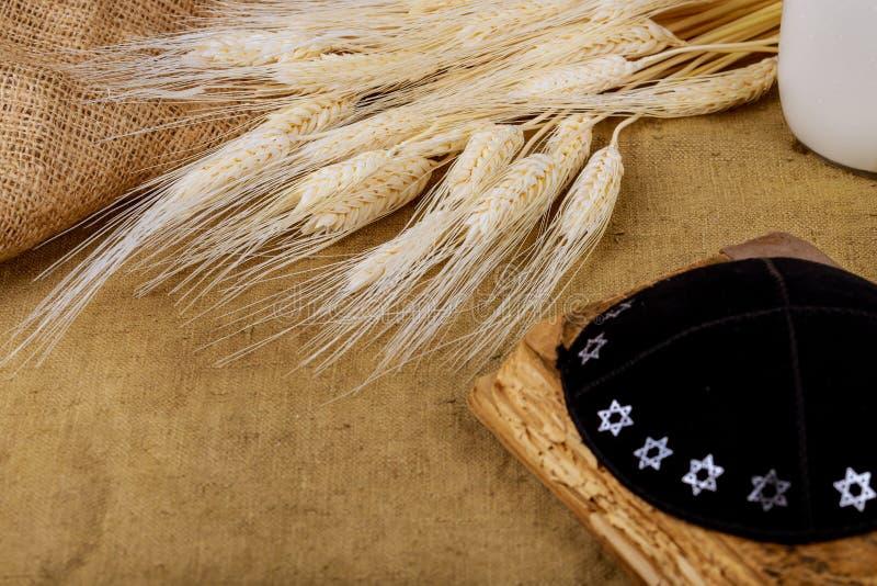 Symbole j?dischen Feiertag Shavuot-torah und des h?lzernen Hintergrundes des Shofar lizenzfreie stockfotografie