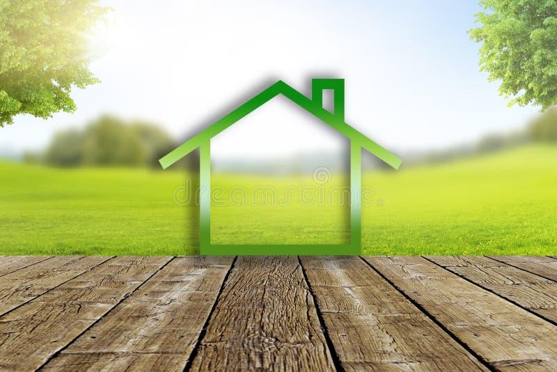 Symbole ? la maison dans le paysage avec le pr? vert photo libre de droits