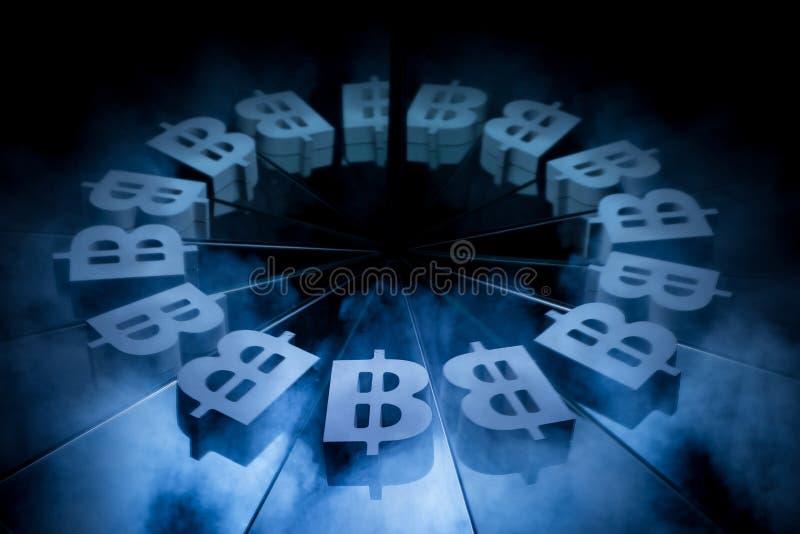 Symbole monétaire de Bitcoin couvert en brouillard foncé d'hiver image stock