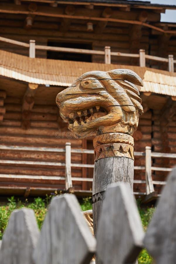 Symbole païen sous forme de tête d'une bête fantastique photo libre de droits