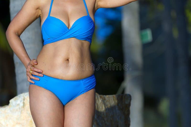 Symbole sexy de corps de femme avec le soleil bleu de bikini photo libre de droits