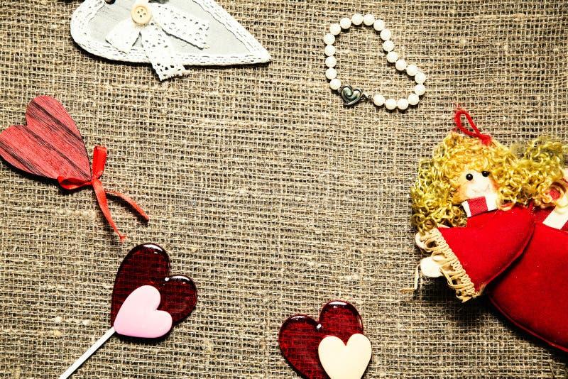 Symbolen van liefde over jute royalty-vrije stock afbeeldingen