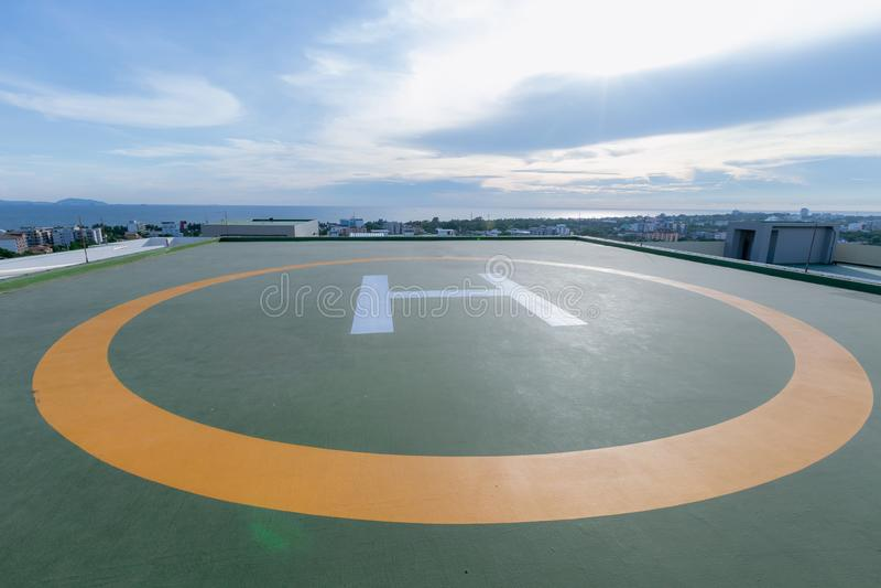 Symbolen voor helikopterparkeren op het dak van een bureaugebouw royalty-vrije stock foto