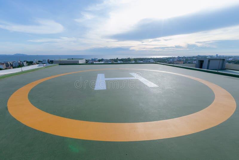 Symbolen voor helikopterparkeren op het dak van een bureaugebouw stock afbeelding