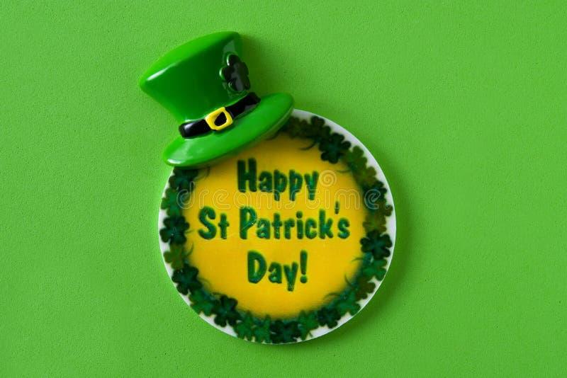 Symboler för St Patrick Day på grön bakgrund royaltyfri foto