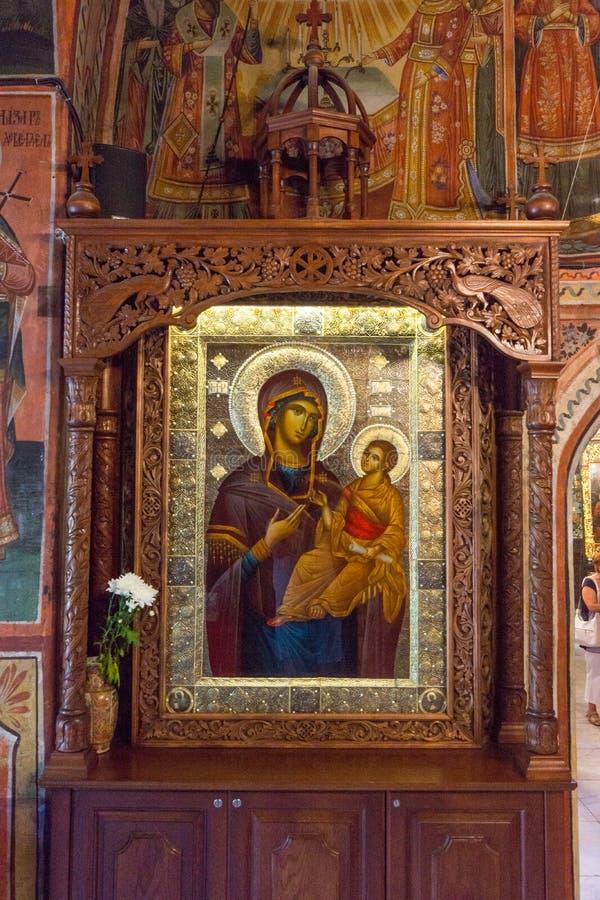 Symboler i en träsniden lön i den Troyan kloster, Bulgarien fotografering för bildbyråer