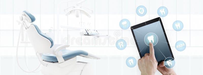 Symboler och symboler för tänder för skärm för minnestavla för tandläkarehandhandlag digitala stock illustrationer