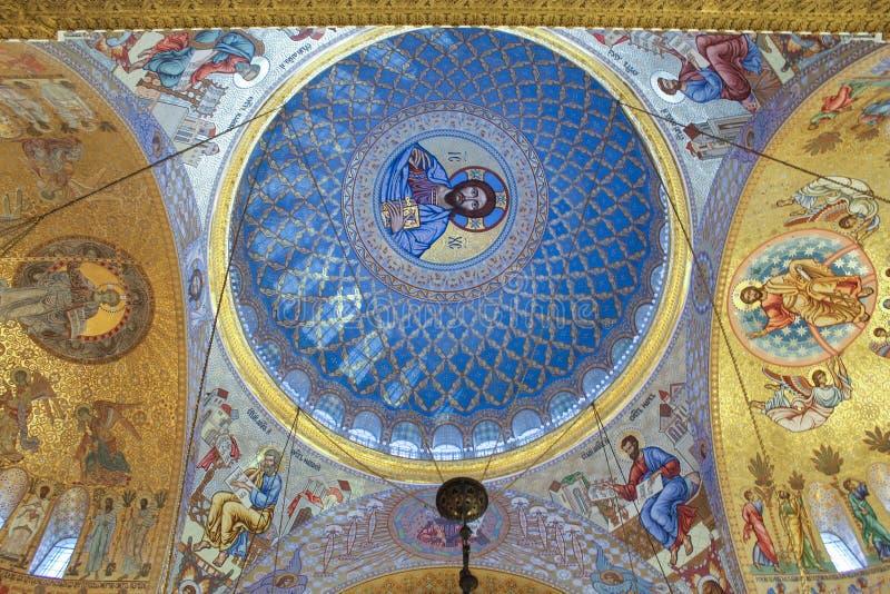Symboler på bågarna av St Nicholas Cathedral royaltyfri bild