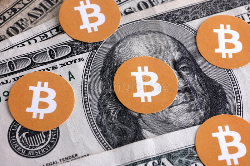 Symboles de Bitcoin sur des dollars US images stock