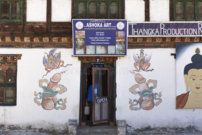 Symboles de fertilité dessinés sur les murs au Bhutan photographie stock libre de droits