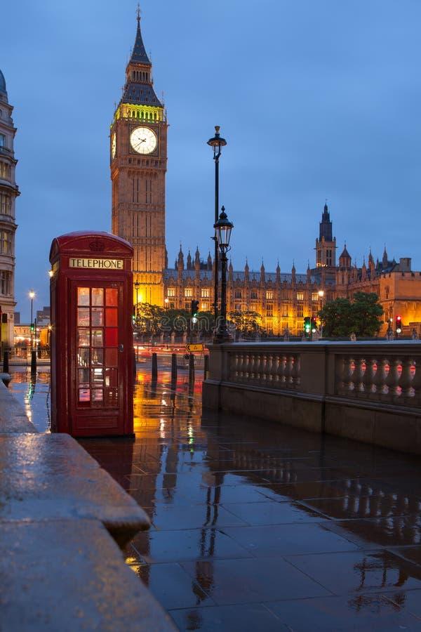 Symboles de Londres : la cabine téléphonique, synchronisent grand Ben images libres de droits