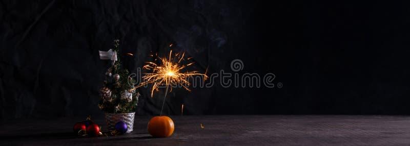 Symboles de vacances sur un fond foncé Drapeau de Noël L'atmosphère de la nouvelle année Carte avec des décorations de Noël, une  image libre de droits