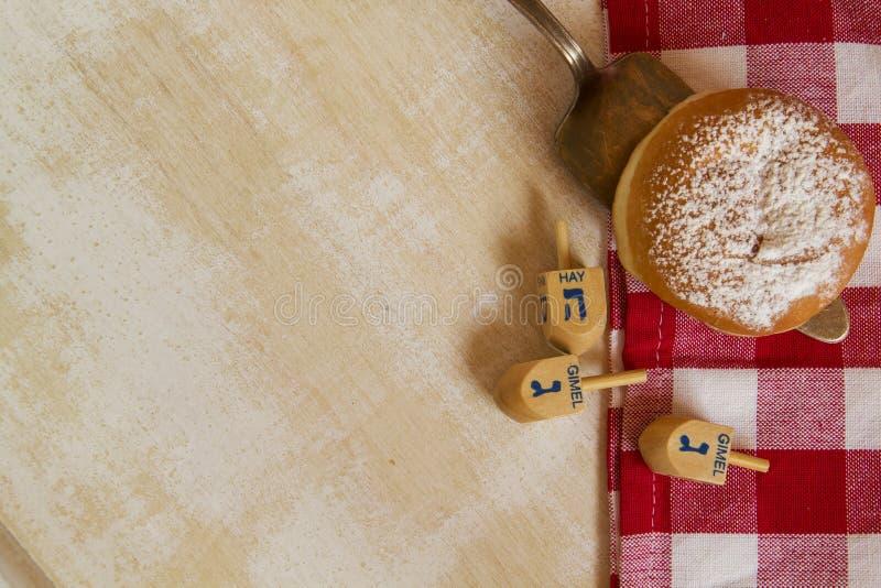 Symboles juifs de Hanoucca sur le fond rustique photographie stock