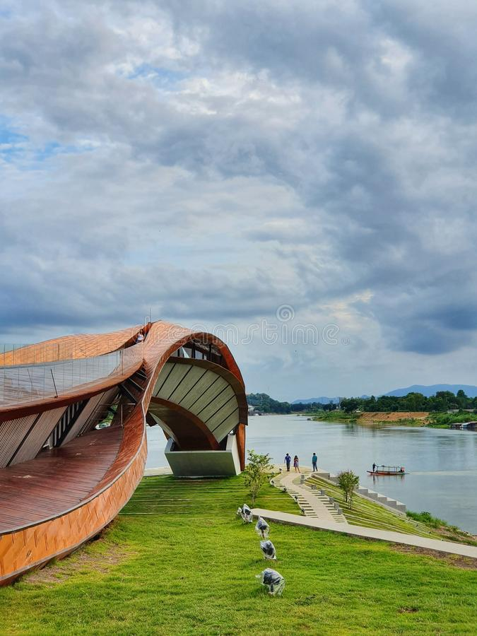 Symbolet av börjar den Chao Phraya floden på staden av Nakhonsawan, Thailand royaltyfri foto