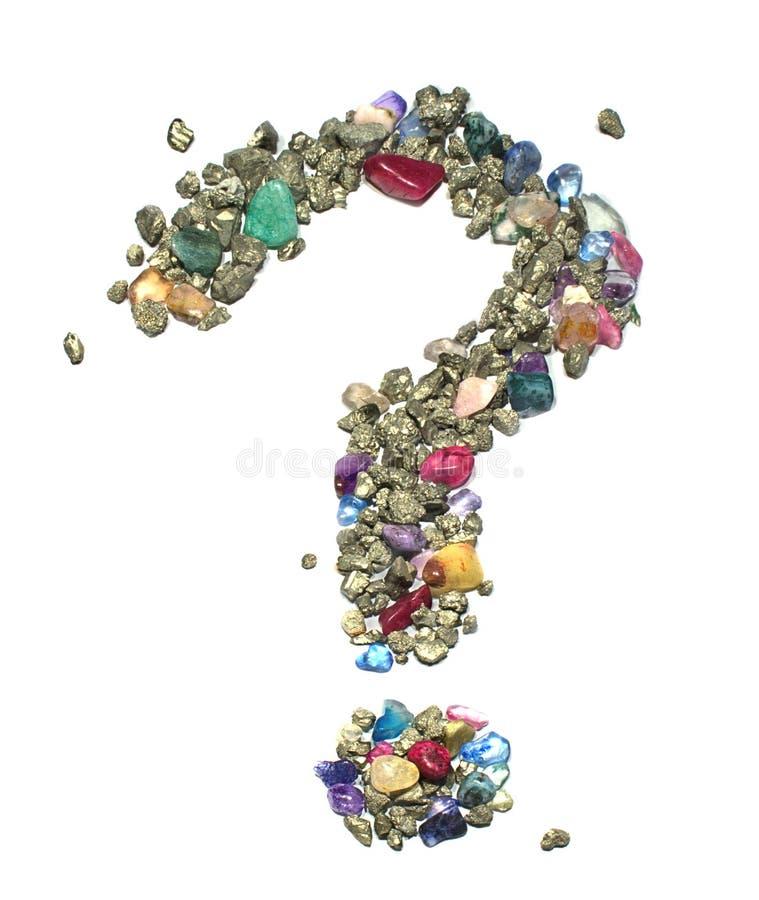 Symbolet för frågefläcken som göras ut ur ädelstenar och guld/brons färgat metalliskt, vaggar järnpyrit på en vit bakgrund royaltyfria foton
