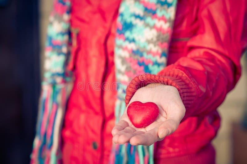 Symbolet för hjärtaformförälskelse i kvinna räcker valentindag royaltyfria foton