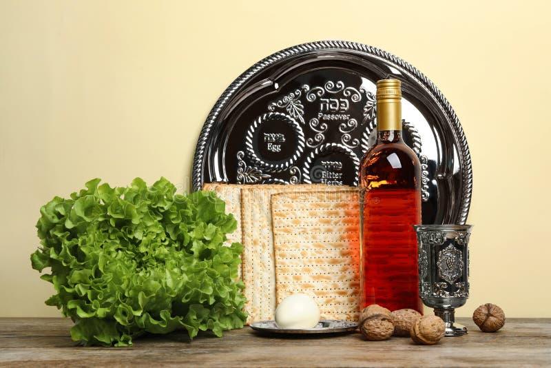 Symboliczne Passover Pesach rzeczy na drewnianym stole obrazy stock