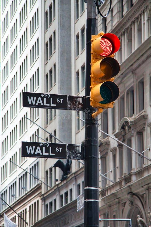 Symboliczne zdjęcie kryzysu Wall Street Sign z Red Traffic Light, Nowy Jork obraz royalty free