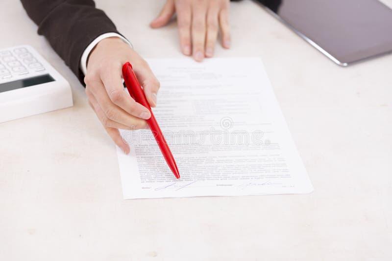 symbolicznych grup biznesowych sytuacj ludzie Biznesowa kobieta pyta dla podpisu w banku obraz royalty free