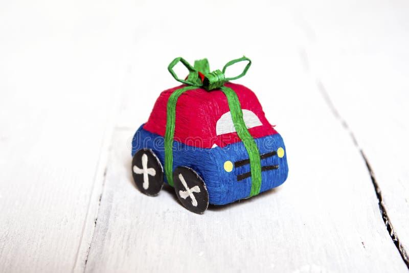Symbolische Autowunde des Spielzeugs durch Bänder stockbild