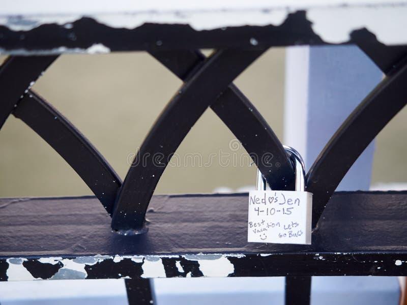 Download Symbolische Het Traliewerkbrug Cincinnati Van Liefdehangsloten Stock Afbeelding - Afbeelding bestaande uit brug, achtergrond: 54078275