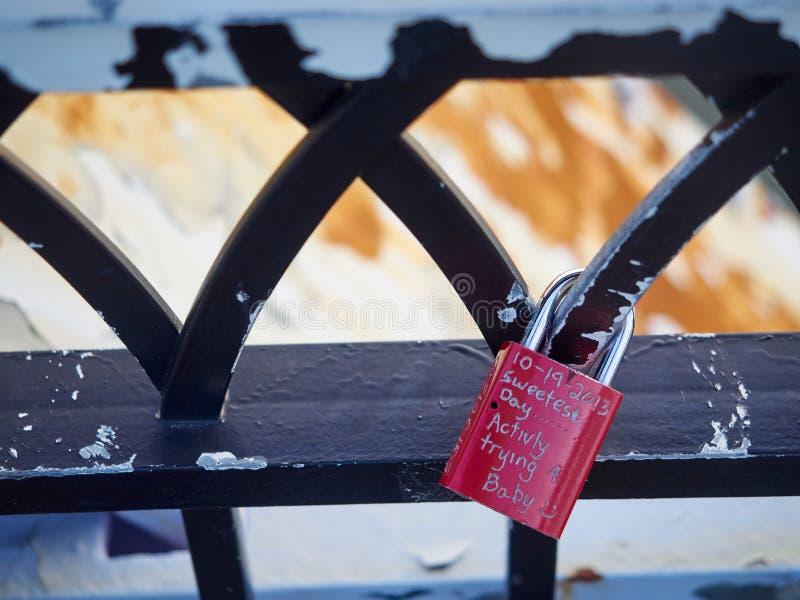 Download Symbolische Het Traliewerkbrug Cincinnati Van Liefdehangsloten Stock Afbeelding - Afbeelding bestaande uit kleurrijk, foto: 54078477