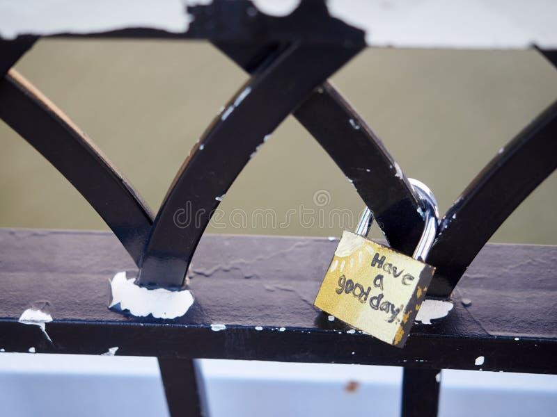 Symbolische Liebe padlocks Geländerbrücke Cincinnati stockbilder