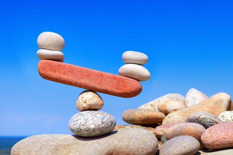 Symbolische schalen van stenen Het gestoorde evenwicht Imbalanc royalty-vrije stock foto's