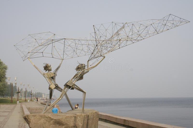 Symbolische Zahlen der Fischer, die Netz auf der Bank des Sees werfen lizenzfreies stockfoto