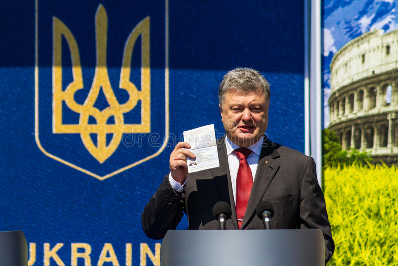 Symbolische Zeremonie auf der Slowakisch-ukrainischen Grenze auf einem visafreien stockfoto