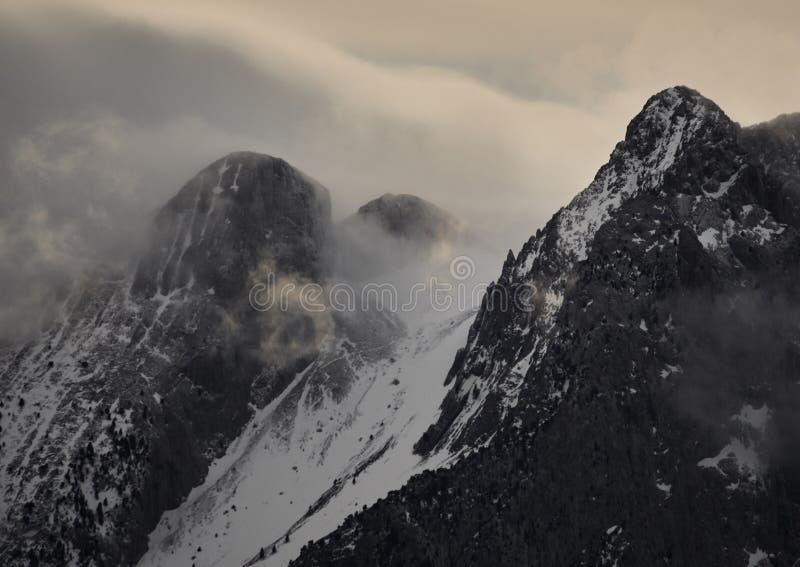 Symbolischer Berg von Pedraforca mit Schnee und foog stockfotografie
