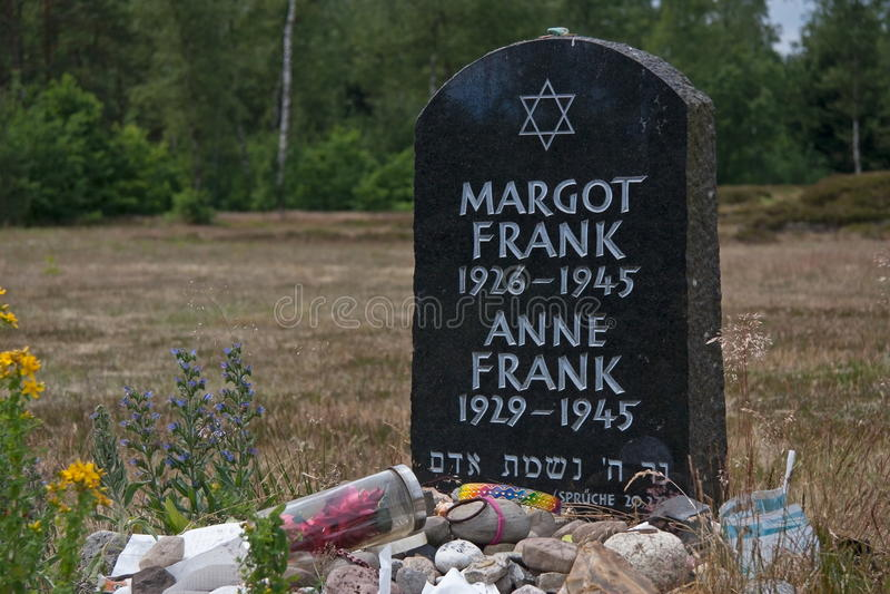 symbolischer Grabstein von Anne und von Margot Frank am Bergen--Belsendenkmal lizenzfreie stockfotos