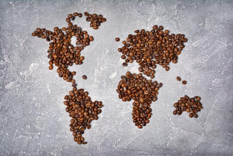 Symbolisk bild av världskartan som göras från grillade kaffebönor fotografering för bildbyråer